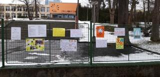 Vzkazy učitelů na plotě u školy